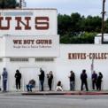 <p> Người dân Mỹ đứng xếp hàng trước cửa một cửa hàng bán súng ở Culver City, California vào ngày 15/3. Các cửa hàng bán súng trên khắp nước Mỹ cho biết nhu cầu mua súng và đạn tăng vọt khi dịch Covid-19 ngày càng lan rộng. Mỹ hiện là ổ dịch lớn thứ 3 thế giới với số ca nhiễm lên gần 27.000. Bộ Ngoại giao Mỹ đã ngừng cấp thị thực thông thường trên toàn thế giới do Covid-19, trừ thị thực khẩn cấp. Ảnh:<em> AP.</em></p>