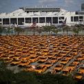 <p> Những chiếc taxi nằm nhàn rỗi, chật kín bãi đỗ ở Sân bay Quốc tế Miami, Florida, Mỹ trong bối cảnh ngành hàng không và du lịch bị ảnh hưởng nghiêm trọng bởi dịch Covid-19. Ảnh: <em>Reuters</em>.</p>
