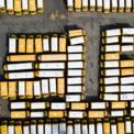 """<p> Xe bus đưa đón học sinh bị """"xếp xó"""" ở Freeport, New York vào ngày 18/3. Nguyên nhân là nhiều trường học bị yêu cầu đóng cửa trên khắp nước Mỹ để ngăn dịch Covid-19 lây lan. Ảnh: <em>Shutterstock</em>.</p>"""