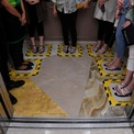 <p> Tại một trung tâm mua sắm ở Surabaya, Indonesia, thang máy sẽ được chia thành các ô nhỏ cho mỗi hành khách đứng, tránh tình trạng chen lấn làm tăng nguy cơ lây nhiễm dịch Covid-19. Indonesia hiện là nước có số ca nhiễm và tử vong vì dịch bệnh này cao nhất Đông Nam Á, lần lượt là 450 và 38. Ảnh: <em>Reuters</em>.</p>