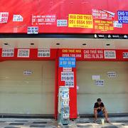 Giá BĐS bán lẻ trung tâm TP HCM giảm mạnh, chủ mặt bằng 'oằn mình' tìm khách thuê