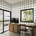 <p> Ngoài tường kính, những ô cửa kính cũng giúp ngôi nhà trông rộng và thoáng hơn. Dù diện tích hạn chế, KTS và chủ nhà vẫn dành không gian để thiết kế ban công.</p>
