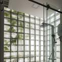 <p> Phòng tắm có thiết kế tối giản. Nhờ bức tường gạch kính, không gian trở nên khác lạ và đặc biệt - được làm sáng bới ảnh sáng tự nhiên nhưng vẫn đảm bảo sự riêng tư cần thiết.</p>