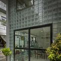<p> Toàn bộ tường gạch của mặt đứng nhà được thay thế bằng những viên gạch kính.</p>