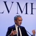 """<p class=""""Normal""""> <strong><span>1. LVMH</span></strong></p> <p class=""""Normal""""> <span>Sau nước rửa tay khô, LVMH tiếp tục cung cấp khẩu trang y tế cho chính phủ Pháp.</span></p> <p class=""""Normal""""> Tập đoàn xa xỉ hàng đầu này tuyên bố sẽ cung cấp 40 triệu khẩu trang y tế và khẩu trang FFP2 (dùng trong xây dựng) cho chính phủ Pháp khi nước này đang chống lại dịch Covid-19. Các mặt hàng này có nguồn gốc từ nhà phân phối Trung Quốc.</p> <p class=""""Normal""""> <span>Theo thông báo được phát đi, 10 triệu chiếc khẩu trang đầu tiên, bao gồm 7 triệu khẩu trang y tế và 3 triệu khẩu trang FFP2, sẽ được bàn giao trước trong vài ngày tới. Các đơn hàng tương tự sẽ được giao mỗi tuần.</span></p> <p class=""""Normal""""> <span>Bernard Arnault, Chủ tịch và Giám đốc điều hành của LVMH đã tài trợ 5 triệu euro cho đơn hàng đầu tiên, trong cuộc chiến chống đại dịch Covid-19. Trước đó, LVMH cũng đã sử dụng các cơ sở sản xuất nước hoa và mỹ phẩm làm đẹp để sản xuất nước rửa tay miễn phí gửi tới cơ quan y tế của Pháp.</span></p>"""