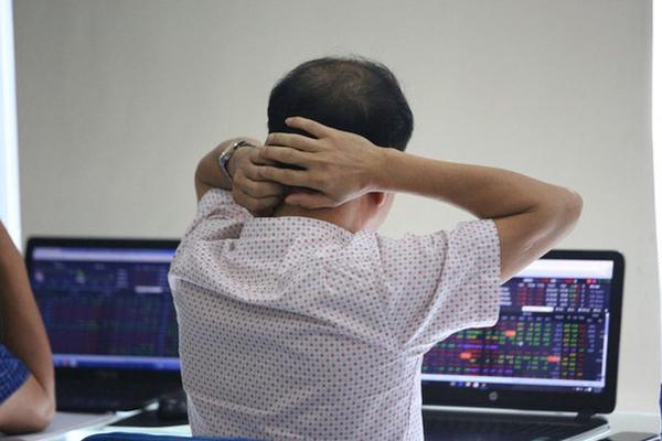 """Cổ phiếu giảm sàn la liệt, vốn hóa thị trường chứng khoán Việt Nam """"bốc hơi"""" hơn 8 tỷ USD trong phiên 23/3"""