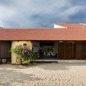<p> Mang đậm kiến trúc Chăm nhưng ngôi nhà vẫn có những nét hiện đại với không gian sống thoáng đãng.</p>