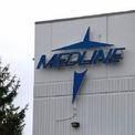 <p> Công ty Medline có trụ sở tại tiểu bang Illinois, Mỹ chuyên cung cấp dịch vụ chăm sóc sức khỏe và sản xuất các thiết bị y tế như mặt nạ, nước khử trùng, hay túi sinh học. Khi virus corona bùng phát mạnh mẽ, công suất làm việc tại đây tăng cao đột biến. Ảnh: <em>Chicago Tribune.</em></p>