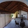 <p> Không gian phòng khách đơn giản, được thiết kế với mái ngói và kèo gỗ.</p>