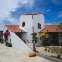 <p> Ngôi nhà kết hợp nhiều yếu tố cơ bản như tường gạch trắng, dầm gỗ, cửa mở và mái nhà gạch đỏ.</p>
