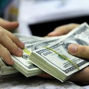 NHNN bán USD rẻ hơn các ngân hàng là động thái can thiệp cần thiết