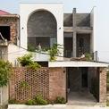 <p> Ngôi nhà nằm trong khu quy hoạch dân cư mới của TP Hà Tĩnh. Thiết kế của ngôi nhàtheo trường phái không gian cơ bản, giải pháp đơn giản nhưng đủ thú vị cho một không gian sống bên trong đô thị đang phát triển.</p>