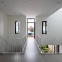 <p> Tầng trên được thiết kế bởi các mặt tường phẳng sáng màu, thông thoáng. Đây làkhoảng không mở về phía hành lang, nơi kết nối các không gian chức năng trước và sau của ngôi nhà.</p>