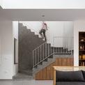 <p> Riêng không gian phòng ngủ ở tầng trệt cần sự riêng tư nhất định, được ngăn cách bởi một khoảng sân vườn nhỏ, tạo sự thông thoáng yên tĩnh vừa mang đến sự thoải mái.</p>