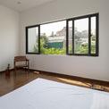 <p> Không gian phòng ngủ khá đơn giản với những vật dụng cần thiết nhất, thậm chí thay vì dùng giường, chủ nhân chỉ có một chiếc đệm.</p>