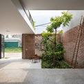 <p> Phần còn lại của gara dành cho sân vườn với cây xanh nhằm giảm thiểu sự phủ kín từ bê tông.</p>