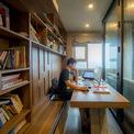 """<p> <span style=""""color:rgb(0,0,0);"""">Phòng làm việc yên tĩnh được bao bọc bằng một hệ cửa kính có thể xếp vào tường.</span></p>"""