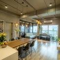 <p> Gian bếp được đặt bên trái cửa ra vào, đây được xem là trái tim của cả căn hộ. Bếp và đảo bếp cùng có tone màu sáng, mọi chi tiết, đồ dùng được thiết kế tỉ mỉ, tinh tế.</p>