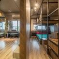 <p> Phòng ngủ được ngăn với phòng khách bằng hệ cửa trượt cao gần 3 mét. </p>