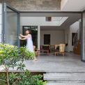<p> Ngôi nhà được xây dựng với kỹ thuật và vật liệu đơn giản. Các chi tiết kiến trúc không quá phức tạp và cầu kỳ để giảm thiểu tối đa thời gian thi công cũng như chi phí đầu tư.</p>