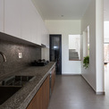 <p> Các không gian chung ở tầng trệt được kết nối với nhau tạo ra sự liền mạch khi sử dụng. Khoang bếp tách biệt nhưng được thiết kế các khoảng trống để có thể kết nối với không gian bên ngoài.</p>