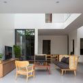 <p> Vật liệu hoàn thiện giá rẻ, nội thất và đồ gỗ đơn giản được sử dụng trong căn nhà nhằm giảm thiểu chi phí không cần thiết, đặc biệt hạn chế đồ gỗ công nghiệp.</p>
