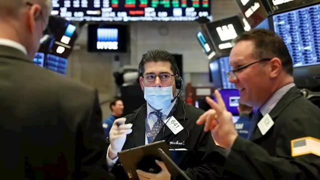 Phố Wall gần đây liên tục biến động mạnh do nhà đầu tư lo ngại ảnh hưởng từ virus corona. Ảnh: Reuters.
