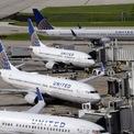 <p> Giám đốc điều hành Oscar Munoz và Chủ tịch Scott Kirby của Hãng hàng không United Airlines cũng hạ mức lương của họ xuống 0 USD cho đến tháng 6. Ảnh: <em>AP.</em></p>