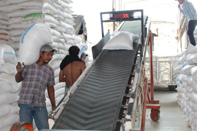 Hoạt động mua bán gạo tại chợ lương thực Bà Đắc, huyện Cái Bè, tỉnh Tiền Giang.