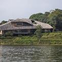 <p> Ngôi nhà nằm trong Làng Mít, xã Cổ Đông, thị xã Sơn Tây, ngoại thành Hà Nội. Khu đất xây nhà có diện tích 157m2, dốc dần ra hồ, có tầm nhìn rộng thoáng.</p>