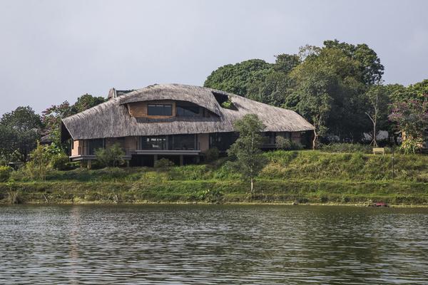 Căn nhà lợp mái vọt, lát rơm, có phòng tắm hơi và nội thất sang trọng ở Sơn Tây