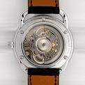 """<p class=""""Normal""""> Linh hồn của mẫu đồng hồ thiết kế bộ máy chuyển động tự động Sellita SW300 Skeleton (độc quyền của Hermès), mang theo nguồn dự trữ năng lượng 42 giờ và hoạt động với tốc độ 28.800 rung mỗi giờ.</p> <p class=""""Normal""""> Cuối cùng, hoàn thành tác phẩm đo thời gian là một dây đeo bằng da sang trọng từ Hermès, có nhiều màu sắc khác nhau cho chủ nhân đeo đồng hồ lựa chọn.</p> <p class=""""Normal""""> Hermès Arceau Squelette mới hiện có sẵn tại các cửa hàng Hermès và trên website với giá 8.600 USD (khoảng 198 triệu đồng).</p>"""