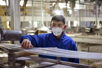 Tài sản tăng gần 2 tỷ USD nhờ sản xuất vải khẩu trang y tế