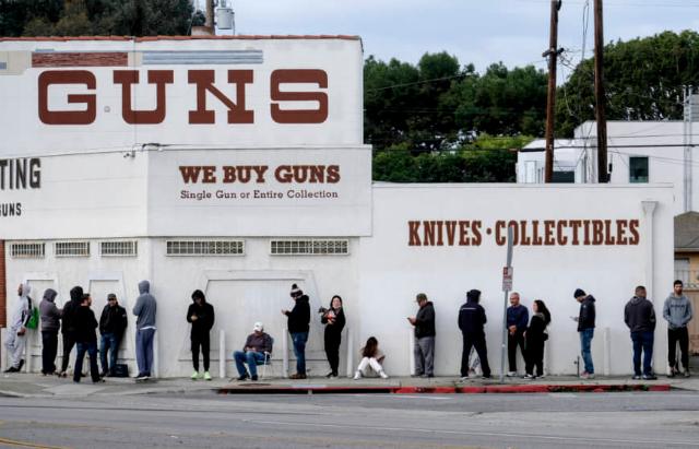 Người dân xếp hàng trước một cửa hàng súng ở Culver City, bang California, Mỹ, hôm 15/3. Ảnh: AP.