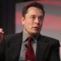 <p> Bên cạnh James Dyson, tỷ phú Elon Musk cũng nhận ra tầm quan trọng của máy thở trong việc hỗ trợ các bệnh nhân nhiễm Covid-19. Hôm 24/3, ông cho biết đã đặt 1.200 máy thở từ Trung Quốc. Ảnh:<em> Reuters.</em></p>