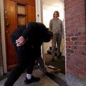 <p> Chủ nhà giữ khoảng cách khi nhân viên giao pizza tới và đặt đồ ăn ở thềm cửa tại Amsterdam, Hà Lan vào ngày 25/3. Ảnh: <em>Reuters</em>.</p>