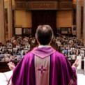<p> Để đảm bảo hạn chế tiếp xúc cộng đồng, linh mục Reginaldo Manzotti tổ chức thờ phượng trực tuyến vào ngày 21/3 tại nhà thờ Santuario de Nossa Senhora de Guadalupe ở Curitiba, Brazil. Trên ghế là những bức ảnh được các tín đồ gửi tới cho nhà thờ dán lên ghế, thay cho sự có mặt của họ. Ảnh: <em>Reuters</em>.</p>