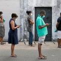 """<p class=""""Normal""""> Người dân ở Colombo, Sri Lanka giữa khoảng cách 1 m với người khách khi xếp hàng mua đồ ở một siêu thị vào ngày 24/3. Ảnh: <em>Reuters</em>.</p>"""