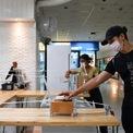 <p> Tuân thủ chính sách hạn chế tiếp xúc cộng đồng, một quán cà phê ở Bangkok, Thái Lan sử dụng ròng rọc để chuyển đồ uống cho khách hàng. Thái Lan là ổ dịch lớn thứ 3 Đông Nam Á, với số ca nhiễm lên tới gần 1.400. Ảnh: <em>Reuters</em>.</p>
