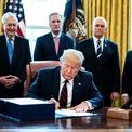 <p> Tổng thống Donald Trump ngày 27/3 ký duyệt dự luật về gói kích thích kinh tế chưa từng có trong lịch sử nước Mỹ có giá trị hơn 2.000 tỷ USD. Sự thống nhất hiếm hoi giữa đảng Dân chủ và Cộng hòa lần này cho thấy ảnh hưởng nghiêm trọng của đại dịch Covid-19 đối với nền kinh tế. Ảnh: <em>Getty Images.</em></p>