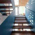 <p> Điểm nổi bật trong không gian nội thất chủ yếu tập trung vào không gian sàn được mở nhiều hơn so với ban đầu, được kết nối xuyên suốt từ dưới lên trên thông qua cầu thang màu xanh. Thiết kế cầu thang này nhẹ nhàng nhưng vẫn đủ ấn tượng và trẻ trung. Nội thất trong nhà được làm cơ bản và vừa đủ cho nhu cầu.</p>