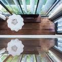 <p> Hệ thống cửa sổ chính của 2 tầng được bao quanh bởi hệ thống mái hiên bằng thép có thể gập mạnh từ mặt tiền chính sang một bên, che chắn cửa sổ và làm bục cho cây xanh treo. Kế hoạch thiết kế là hình thành một bức màn màu xanh lá cây treo trên tầng 2 bao quanh khu nhà.</p>