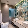 <p> Phòng tắm hiện đại với tông màu xanh nổi bật.</p>