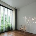 <p> Một không gian thư giãn trong ngôi nhà với cây xanh bao quanh bên ngoài khung cửa kính.</p>
