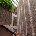 <p> Giếng trời và thảm thực vật được bố trí đan xen giúp ngăn chặn những yếu tố bất lợi như nắng, mưa, gió, khói bụi, tiếng ồn...</p>