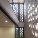 <p> Căn phòng lấy ánh sáng từ giếng trời và bức tường gạch đục lỗ. Không gian này cũng được ngăn cách với môi trường bên ngoài thông qua 2 bức tường và lớp cây xanh.</p>