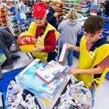 <p> Chính sách nghỉ phép thông thường của Walmart được miễn áp dụng cho đến hết tháng 4. Theo đó, Walmart đồng ý cho bất kỳ nhân viên muốn nghỉ ở nhà để đề phòng dịch bệnh. Tuy nhiên, họ chỉ được trả lương trong trường hợp có yêu cầu cách ly từ các cơ quan y tế công cộng hoặc chính Walmart, hoặc nếu bị nhiễm virus corona. Nhân viên có thể được hưởng tới 2 tuần lương khi cách ly ở nhà. Hoặc nếu bị nhiễm bệnh và cần thêm thời gian phục hồi, họ sẽ được nhận tối đa 26 tuần lương. Ảnh: <em>AP Images.</em></p>