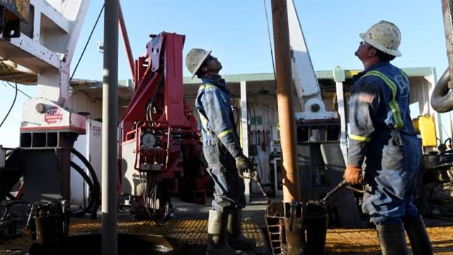 Ngành dầu đá phiến tại Mỹ đang thiệt hại vì giá dầu giảm. Ảnh: Reuters.
