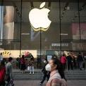 <p> Apple thông báo đóng cửa tất cả cửa hàng bên ngoài Trung Quốc cho đến ngày 27/3 để giảm nguy cơ lây lan virus corona chủng mới. Ngày 13/3, tất cả cửa hàng Apple ở Trung Quốc đại lục được mở cửa trở lại nhưng vẫn bị hạn chế thời gian hoạt động. Các nhân viên làm việc theo giờ vẫn được trả tiền phù hợp với hoạt động kinh doanh như thông thường. Ảnh: <em>Getty Images.</em></p>