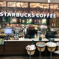 """<p> Starbucks áp dụng chính sách """"hỗ trợ rủi ro"""" cho những nhân viên có tiếp xúc với virus hoặc những người dễ bị nhiễm virus nhất, có xác nhận của bác sĩ. Theo đó, nhân viên được trả lương tới 2 tuần trong khi ở nhà để ngăn chặn sự lây lan của virus. Nhân viên có các triệu chứng nhiễm bệnh cũng có thể nhận được hỗ trợ lên tới 3 ngày. Starbucks chuyển sang chỉ nhận các đơn giao hàng trực tuyến. Ảnh: <em>Business Insider.</em></p>"""